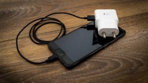 No solo Apple: Samsung también estudia ya no incluir el cargador en la caja de sus celulares