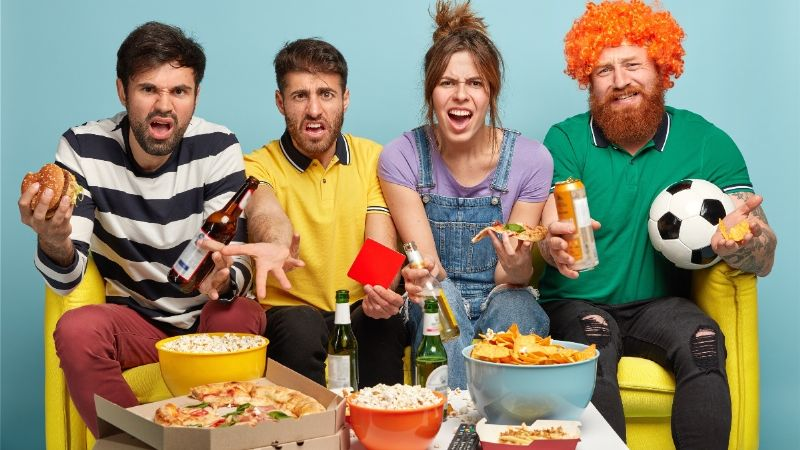 Reino Unido prohibirá publicidad en televisión y online de comida chatarra