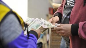 Incertidumbre y especulación presionan dólar al alza